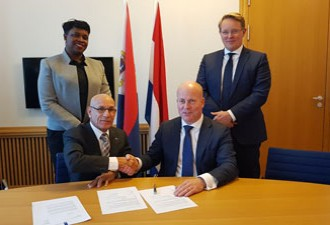 Minister Ferrier and State Secretary Knops  sign 50 Million Guilder liquidity support loan.